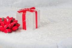 Caixa de presente do Natal na neve imagem de stock