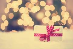 Caixa de presente do Natal no tapete branco Fotos de Stock