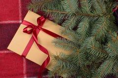 Caixa de presente do Natal sob o pinheiro fotografia de stock royalty free