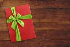 Caixa de presente do Natal sobre o fundo de madeira Fotografia de Stock