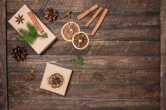 Caixa de presente do Natal, varas de canela, anis, fatias alaranjadas, abeto t Imagens de Stock Royalty Free