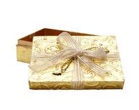 Caixa de presente do ouro Fotos de Stock