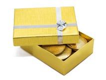 Caixa de presente do ouro com moedas de ouro imagens de stock royalty free