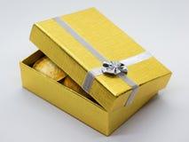 Caixa de presente do ouro com moedas douradas imagem de stock