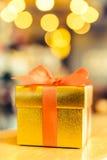 Caixa de presente do ouro do Natal Fotos de Stock