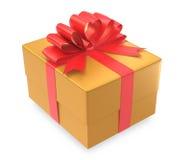 Caixa de presente do ouro envolvida com curva vermelha Fotos de Stock Royalty Free