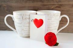 Caixa de presente do Valentim com cartão e dois copos Foto de Stock