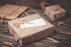 Caixa de presente do vintage com a etiqueta vazia no fundo de madeira velho Fotos de Stock Royalty Free
