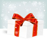 Caixa de presente do White Christmas na neve Fotografia de Stock Royalty Free