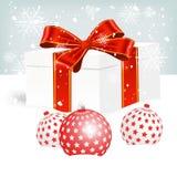 Caixa de presente do White Christmas na neve Foto de Stock