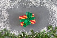 A caixa de presente do Xmas, abeto ramifica, quadro da neve Conceito do ano novo Fotos de Stock Royalty Free