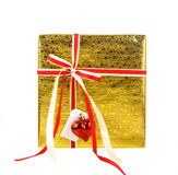 Caixa de presente dourada com curva vermelha e cartão isolado no branco Imagens de Stock Royalty Free