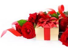 Caixa de presente dourada do dia do Valentim e rosas vermelhas imagem de stock royalty free