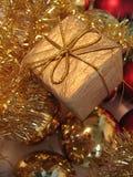 Caixa de presente dourada do Natal Imagens de Stock Royalty Free