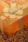 Caixa de presente dourada do Natal Imagem de Stock Royalty Free