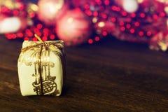 Caixa de presente dourada Fundo dos feriados Foto de Stock Royalty Free