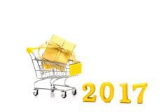 A caixa de presente dourada pôs no carrinho de compras sobre o fundo branco, 2 Fotografia de Stock