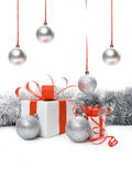 Caixa de presente e baubles do Natal imagens de stock