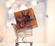 Caixa de presente e carrinho de compras do Natal Fotografia de Stock Royalty Free
