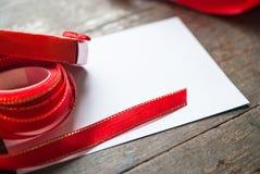Caixa de presente e cartão vermelhos Imagens de Stock Royalty Free