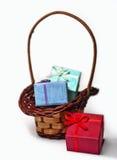 Caixa de presente e cesta de vime Fotografia de Stock Royalty Free
