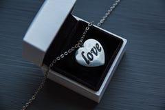 Caixa de presente e coração com o amor das palavras Fotos de Stock Royalty Free