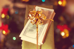 Caixa de presente e dólar americano Foto de Stock