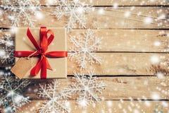 Caixa de presente e decoração e neve do Natal com flocos de neve brancos Fotos de Stock