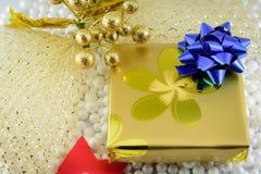 Caixa de presente e decorações do Natal Fotografia de Stock