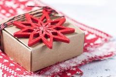 Caixa de presente e decorações do Natal Foto de Stock