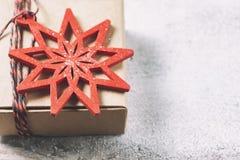 Caixa de presente e decorações do Natal Foto de Stock Royalty Free