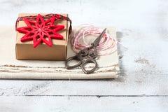 Caixa de presente e decorações do Natal Fotografia de Stock Royalty Free