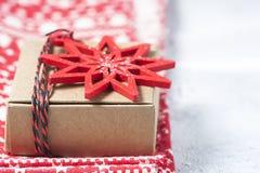 Caixa de presente e decorações do Natal Fotos de Stock Royalty Free