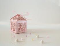 Caixa de presente e grânulos isolados Imagem de Stock