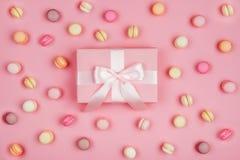 Caixa de presente e macarons no fundo cor-de-rosa imagens de stock