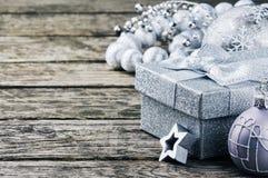 Caixa de presente e ornamento do Natal no tom de prata Foto de Stock
