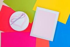 Caixa de presente e quadro de madeira branco vazio Fotografia de Stock Royalty Free