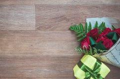 Caixa de presente e ramalhete brilhantes Fotografia de Stock Royalty Free