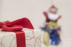 Caixa de presente e Santa Claus Imagens de Stock Royalty Free