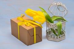 caixa de presente e tulipas amarelas Foto de Stock