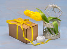 caixa de presente e tulipas amarelas Fotografia de Stock Royalty Free