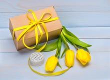 caixa de presente e tulipas amarelas Imagens de Stock Royalty Free