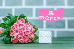 Caixa de presente e um ramalhete das rosas Conceito o 8 de março, ` feliz s das mulheres Foto de Stock