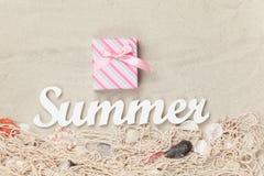 Caixa de presente e verão da palavra Imagens de Stock