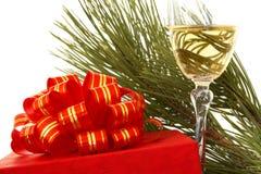 Caixa de presente e vidro do champanhe Fotografia de Stock Royalty Free