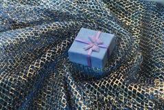 Caixa de presente em uma cortina do fundo Foto de Stock Royalty Free