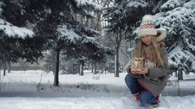 Caixa de presente em uma neve filme