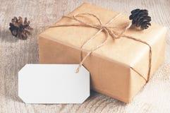 A caixa de presente embalou o papel marrom e a guita com placa Fotografia de Stock Royalty Free
