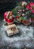 A caixa de presente envolveu o pano de linho e decora com cabo, juta, decoração do Natal no fundo marrom das placas de madeira do Fotografia de Stock