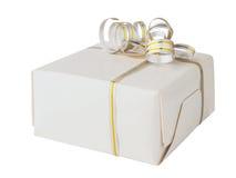 Caixa de presente envolvida na fita do Livro Branco e do cetim com o ouro, isolado no fundo branco Caixa do presente do elemento  Imagem de Stock Royalty Free